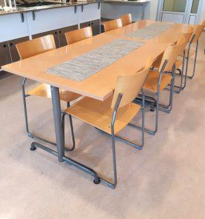 Neljän hengen pöydät tuoleineen